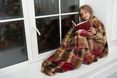 Frohe Weihnachten Wenig Mädchen genießen, Weihnachtsgeschichte zu lesen Wenig Kind las Buch auf Weihnachtsabend Kleiner Leser lizenzfreies stockfoto