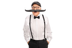 Froher älterer Herr mit einem gefälschten Schnurrbart Lizenzfreie Stockfotos