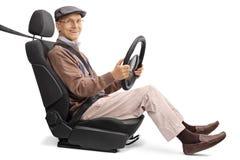 Froher älterer Mann, der auf einem Autositz sitzt stockbilder