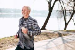 Froher älterer Mann, der Musik Gefallen findet stockbild
