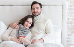 Froher bärtiger Mann, der seine Freundin umarmt stockbilder