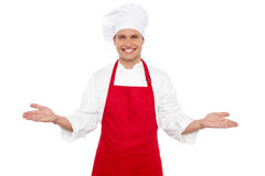 Froher Chef, der seine Gäste begrüßt Lizenzfreies Stockfoto
