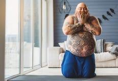 Froher fetter Kerl wird mit seinem Auftritt zufrieden gestellt lizenzfreies stockbild