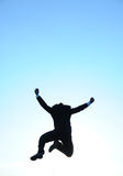Springender Geschäftsmann und blauer Himmel Stockfotografie