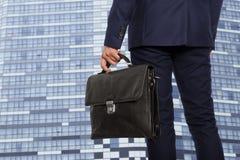 Froher Geschäftsmann mit einem Aktenkoffer stockfotos