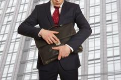 Froher Geschäftsmann mit einem Aktenkoffer stockfotografie