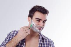 Froher glücklicher Mann, der sich morgens rasiert Stockfotos