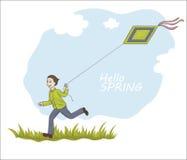 Froher Junge, der auf dem Gras mit Drachenfliegen im Himmel läuft Lizenzfreie Stockbilder