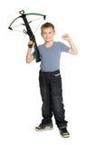 Froher Junge, der einen Crossbow anhält Lizenzfreies Stockbild
