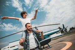 Froher Junge, der Spaß mit positivem Vater hat lizenzfreies stockbild