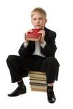 Froher Junge mit dem Buch. Lizenzfreie Stockfotografie