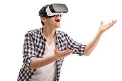 Froher Kerl, der virtuelle Realität erfährt Stockfotografie