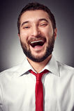 Froher Mann über dunklem Hintergrund Lizenzfreies Stockfoto