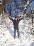 Froher Mann in der Winterlandschaft Lizenzfreie Stockfotos