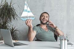 Froher netter Mann hat Kommunikation auf Smartphone Lizenzfreie Stockfotografie