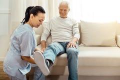 Froher positiver Mann nach dem Rehabilitationsprogramm stockfotos