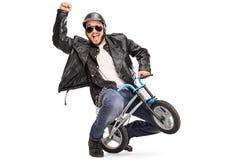 Froher Radfahrer, der kleines kindisches Fahrrad fährt Stockfotografie