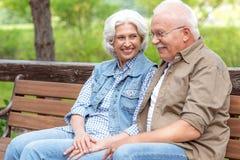 Froher reifer Mann und Frau, die in der Natur stillsteht Stockfoto