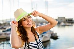 Froher Tourist auf Sommerreise durch den Hafen Stockfotos