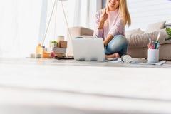 Froher weiblicher Blogger, der mit Kosmetik arbeitet Lizenzfreies Stockfoto