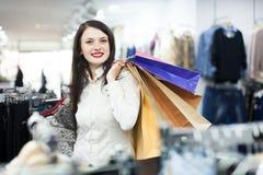 Froher weiblicher Käufer mit Taschen Stockfoto