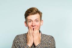 Frohes aufgeregtes glückliches Mannbedeckungs-Mundgefühl stockbild