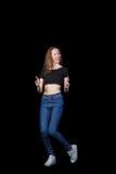 Frohes Braunhaar des jungen Mädchens auf einem schwarzen Hintergrund Lizenzfreies Stockbild