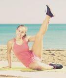 Frohes erwachsenes sportliches Frauentrainieren Lizenzfreie Stockbilder