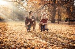 Frohes Familiengenießen groß, Herbstwetter stockfoto