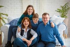 Frohes Familienporträt der freundlichen Familie stockfotografie