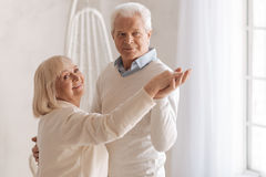 Frohes glückliches Paar, das zusammen tanzt lizenzfreie stockbilder