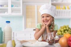 Frohes Kind mag kochen stockfotografie