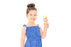 Frohes kleines Mädchen, das eine Eiscreme hält Stockfotografie
