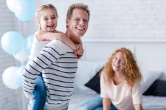 Frohes kleines Mädchen, das Spaß mit ihren Großeltern hat Lizenzfreie Stockfotografie