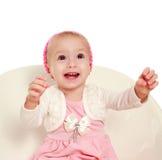 Frohes lächelndes kleines Baby, das oben auf weißem Hintergrund schaut lizenzfreies stockbild