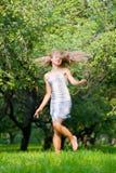 Frohes Mädchen auf der Natur Lizenzfreies Stockfoto