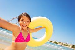Frohes Mädchen, das Spaß auf dem Strand im Sommer hat lizenzfreies stockbild