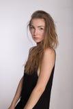 Frohes Mädchen in einem schwarzen Kleid Lizenzfreies Stockbild