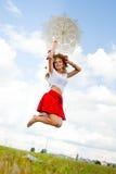 Frohes Mädchen im Blumenkranz mit Spitzeregenschirm Lizenzfreie Stockfotos