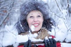 Frohes Mädchen im Winterwald Lizenzfreie Stockfotografie