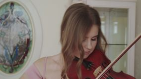 Frohes Mädchen spielt auf Violine mit Begeisterung und Harmonie an der Kamera stock video