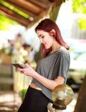 Frohes M?dchen des jungen jugendlich steht auf Tablet-Computer im Sommercaf? in Verbindung stockfotografie