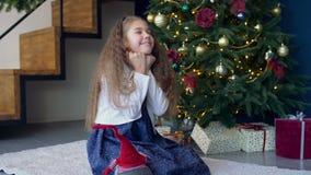 Frohes träumerisches Mädchen, das einen Wunsch für Weihnachten macht stock footage