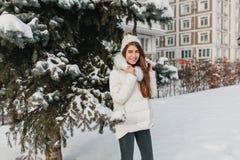 Frohes weibliches Modell in der modischen Ausstattung, die Wintertage während des Wegs im Park genießt Porträt im Freien der lach stockfotos