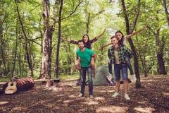 Froid, amusement, joie, amour et amitié ! Quatre amis dupent autour dans un bois à un terrain de camping, garçons ferroutent leur Image stock