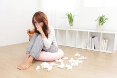 Froid attrapé par femme malade photo stock
