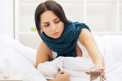 Froid et grippe Le sommeil de femme et tiennent sa tête avec le stre subliminal photo libre de droits
