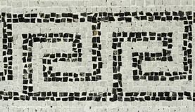 Froid modifié la tonalité a détaillé fermé du plancher de mosaïque blanc et noir historique avec les modèles géométriques du pala photo stock