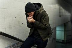 Froid se sentant de personnes sans abri en hiver photos stock