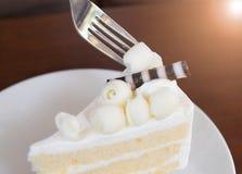 Frok die de Plak van cake snijden stock afbeeldingen